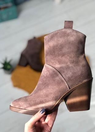 Женские замшевые ботинки цвета капучино на каблуке
