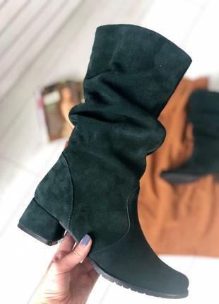 Женские замшевые изумрудные сапоги на каблуке