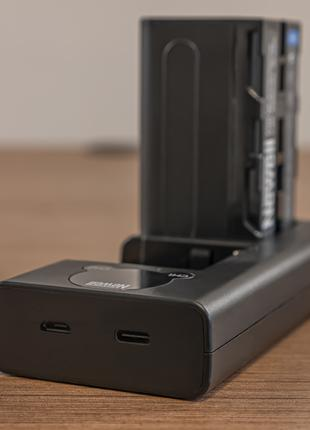 Зарядное устройство на два слота и батарея Newell NP-F770, новые.