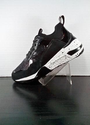 Женские черные кроссовки на платформе в сетку. на толстой подошве