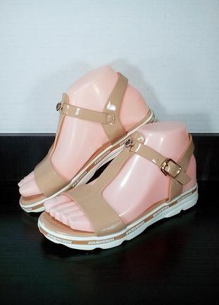 Лаковые женские сандалии босоножки на танкетке.