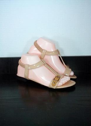 Лаковые женские сандалии босоножки на резинке.