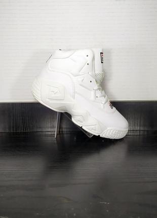Высокие спортивные кроссовки на платформе и на толстой подошве.