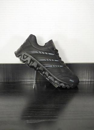 Спортивные кроссовки на платформе и на толстой подошве.