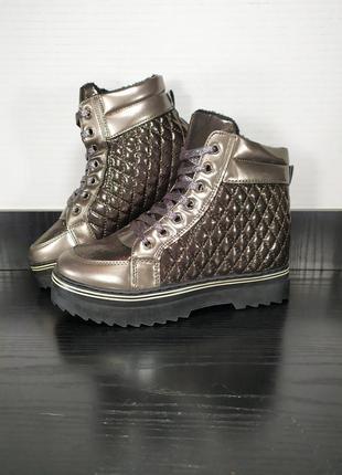 Демисезонные ботинки на платформе и шнуровке