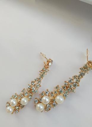Длинные золотые серьги с камнями жемчугом капля
