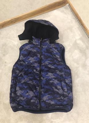Теплая на флисе мужская жилетка с капюшоном.
