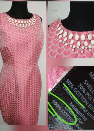 Нарядное платье в принт сердечки, с красиво оформленной горлов...
