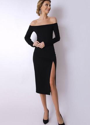 Чёрное платье с открытыми плечами и разрезом на ноге