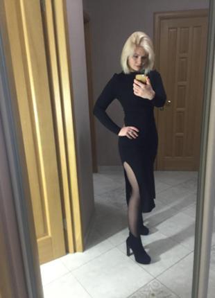 Чёрное платье с разрезами по бокам