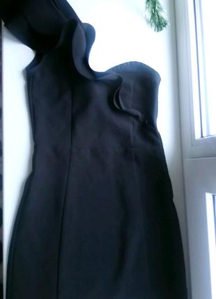 Чорное платье на одно плечё