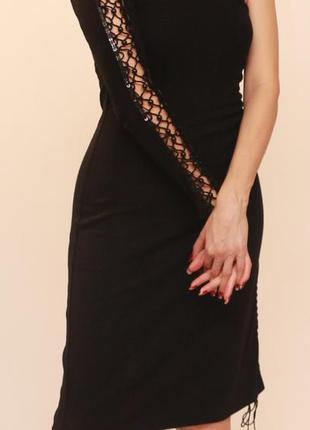 Платье с одним рукавом расшито стеклярусом