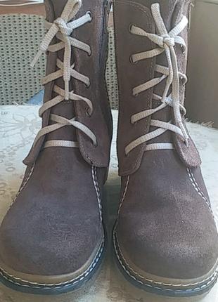 Новые Ботинки из натуральной замши, внутри натуральный мех.