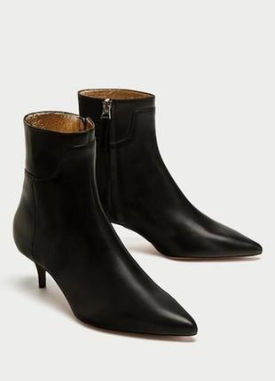 Стильные кожаные ботильоны zara базового черного цвета