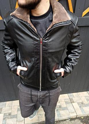 Крутая мужская куртка из экокожи утеплённая мехом
