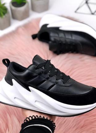 Крутые черные кроссовки на фигурной подошве