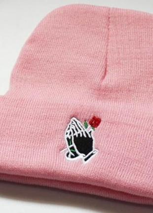 Шапка руки с розой