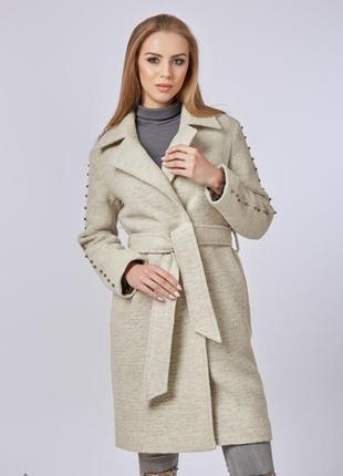 Пальто с бусинами на рукавах