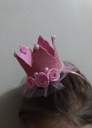 Блестящая розовая корона на ободке