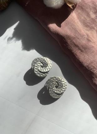 Серьги завитки небольшие серебряного цвета
