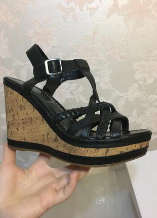 Кожаные женские туфли босоножки на платформе танкетке с ремешк...