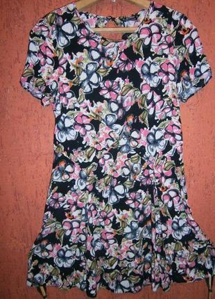 Платье в цветы выскоза летнее в коротким рукавом и вырезом рас...