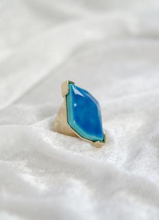 Винтажное массивное кольцо с голубым камнем на золотой основе ...