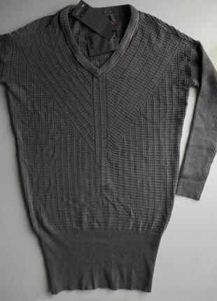 Удлиненный свитер джемпер с широкой резинкой внизу.