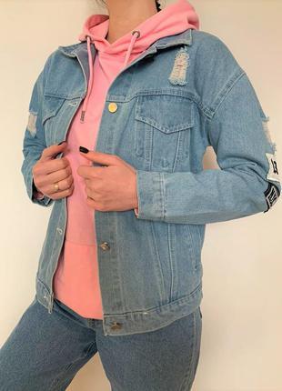 Женская джинсовая куртка с рисунком на спине и нашивками