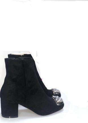 Замшевые ботинки на удобном каблуке.