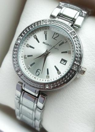 Серебристые женские часы на браслете