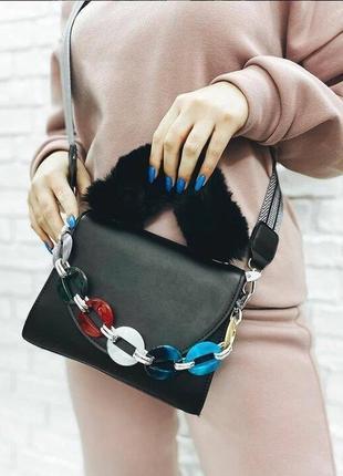Женская чёрная сумка с меховой ручкой и разноцветной съёмной р...