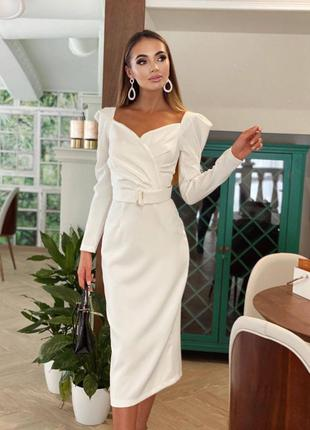Белое силуэтное вечернее платье с поясом