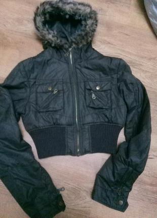 Курточка с меховым воротником.