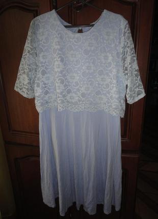 Небесно-голубое платье с кружевом