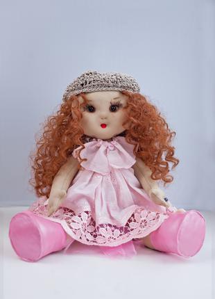 Тряпичная кукла ручной работы с вьющимися волосами