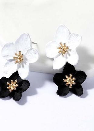 Двухцветные черно - белые серьги цветы