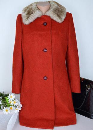 Брендовое утепленное пальто с карманами и меховым воротником в...