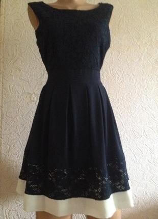 Оригинальное платье с кружевным верхом.