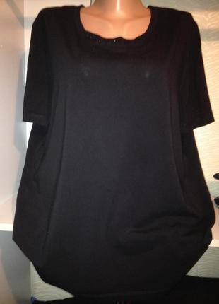 Черная стрейчевая футболочка большого размера.