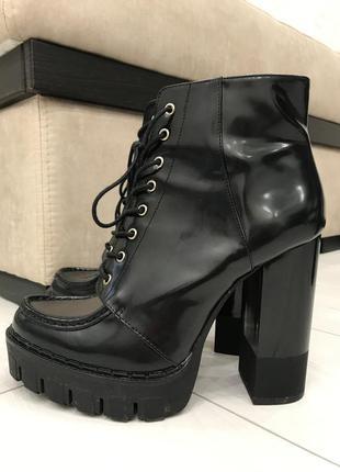 Лаковые ботинки zara на тракторной подошве и высоком каблуке с...