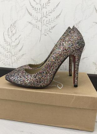 Блестящие туфли на каблуке