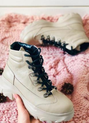 Женские демисезонные бежевые кожаные ботинки