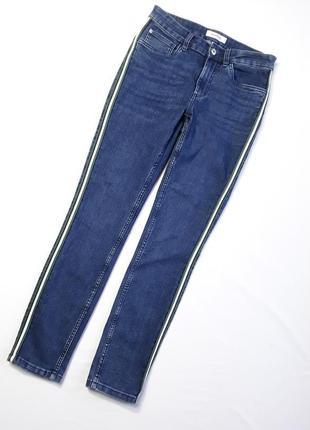Стильные джинсы с декором по бокам
