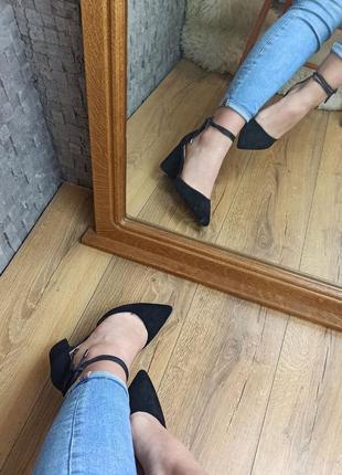 Чёрные туфли босоножки с закрытым носоком на толстом каблуке