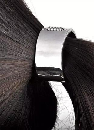 Серебряного цвета резинка для волос на защелке конский хвост