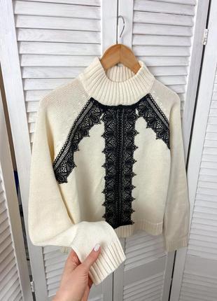 Молочный свитер с кружевом