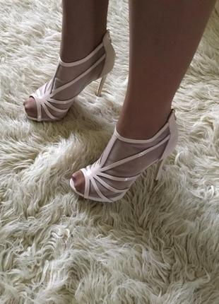 Стильные и нежные закрытые босоножки на каблуке