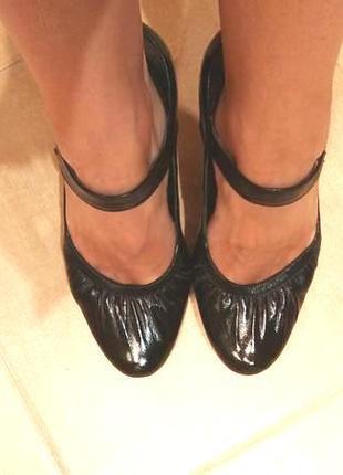 Кожаные черные лаковые туфли мери-джейн на удобном каблуке с р...