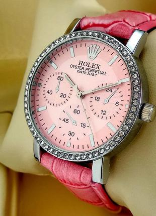 Женские кварцевые наручные часы на кожаном ремешке